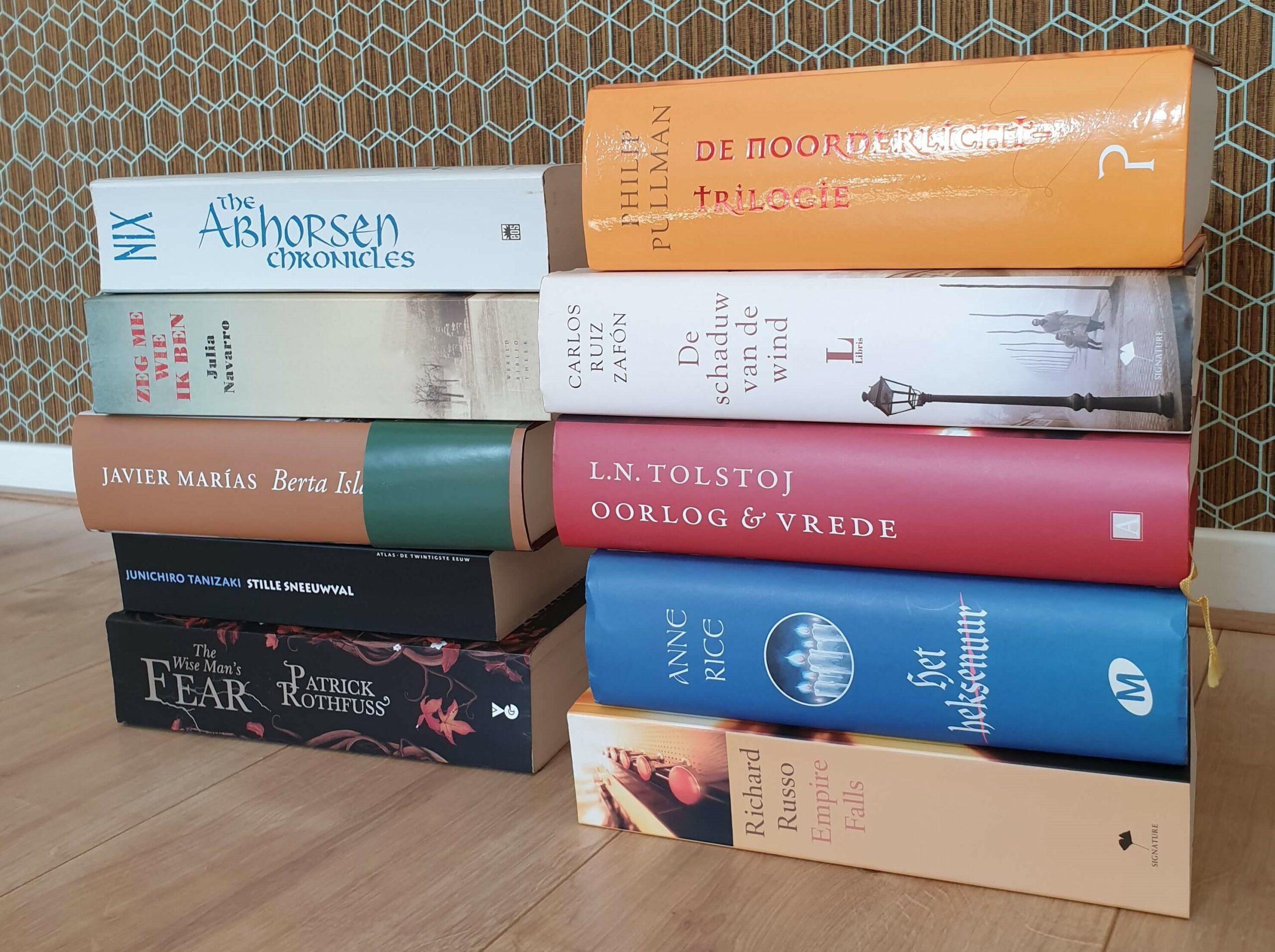 Stapels dikke boeken uit de kast van Astrid Habraken